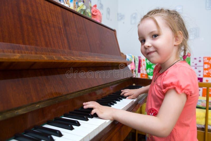 Spiel auf einem Klavier lizenzfreie stockbilder