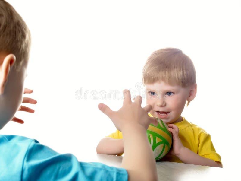 Spiel der freundlichen Kinder stockfoto