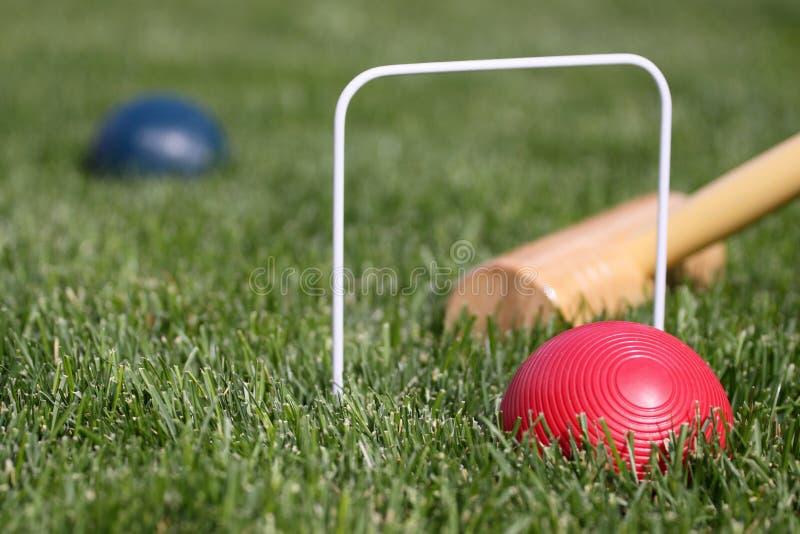 Spiel der roten und blauen Kugel des Kroketts lizenzfreies stockbild