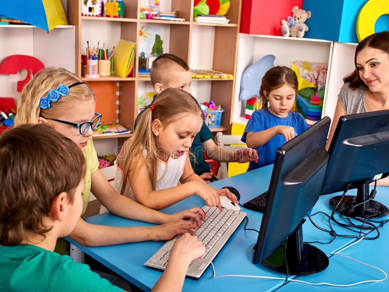 Spiel des computerunterstützten Unterrichts für Kinder stockfotografie