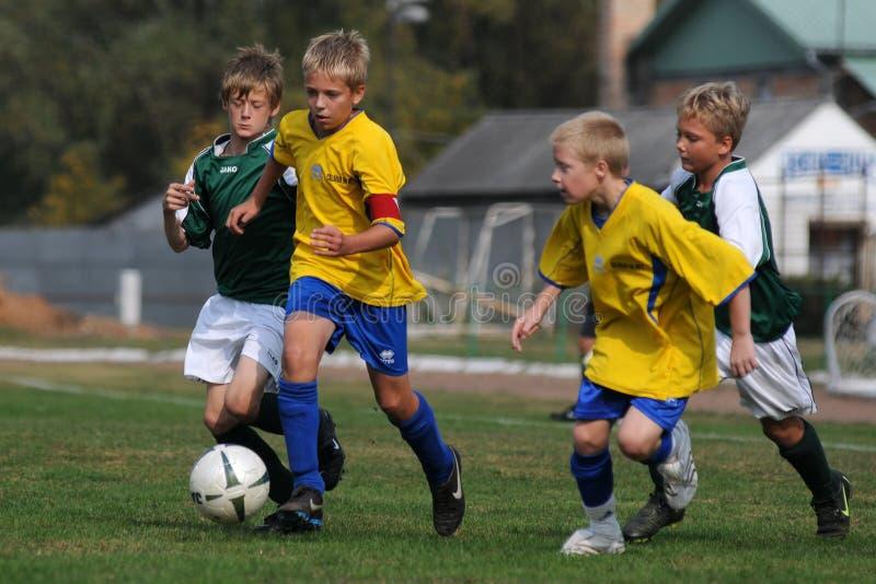 Spiel des Fußballs U13 lizenzfreie stockbilder