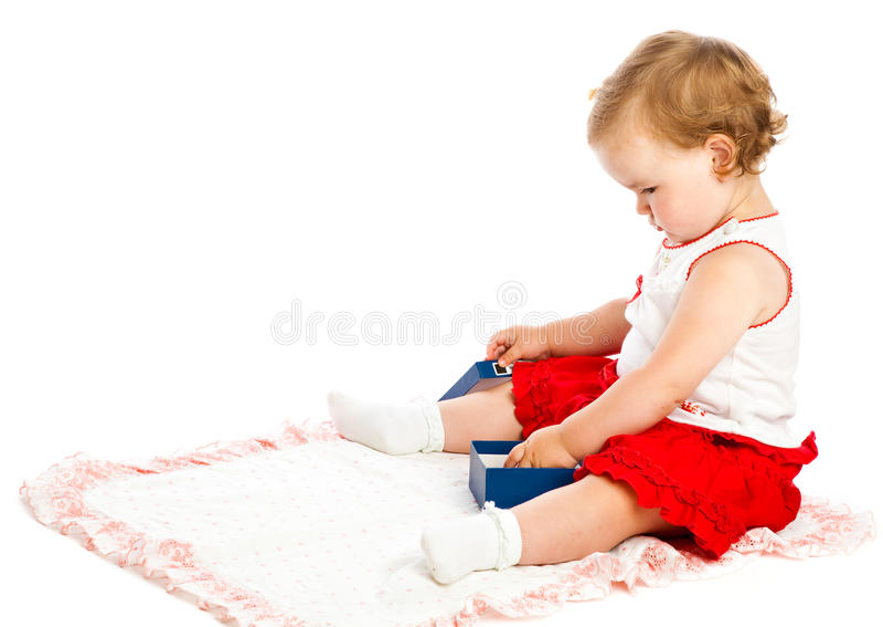 Spiel des kleinen Mädchens auf Wolldecke lizenzfreie stockfotografie