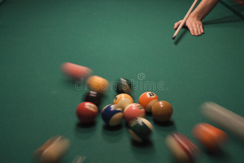 Spiel des Pools (Billiard) lizenzfreie stockbilder