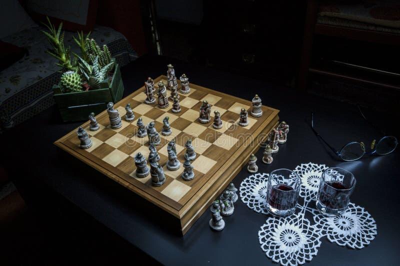 Spiel des Schachs nachts lizenzfreie stockfotos