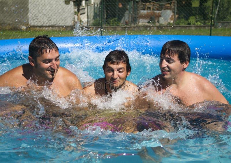 Spiel im Swimmingpool stockbild