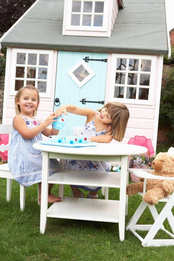 Spiel mit zwei jungen Mädchen draußen stockfoto