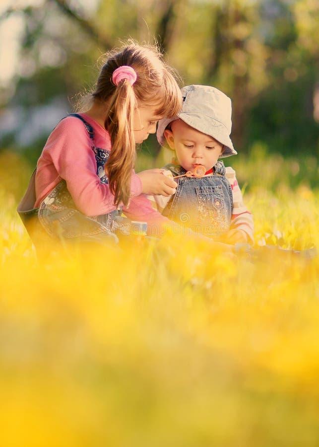 Spiel mit zwei Mädchen mit Seifenblasen im Frühjahr stockfotos