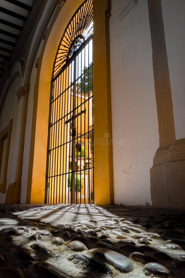 Spiel von Schatten nah an einer Tür des Alcazar in Sevilla stockfotografie