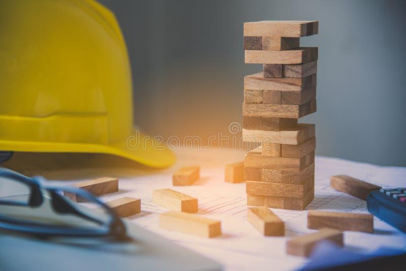 Spiel zeichnete zu einem Holzklotz, Konzeptingenieurrisiken im Job lizenzfreie stockfotografie