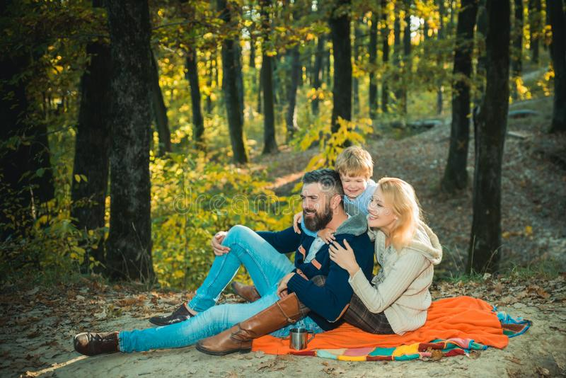 Spiel zusammen Muttervater und kleines Sohnspiel im Park Gl?ckliche Familie mit dem entspannenden Kinderjungen beim Wandern im Wa lizenzfreie stockfotos