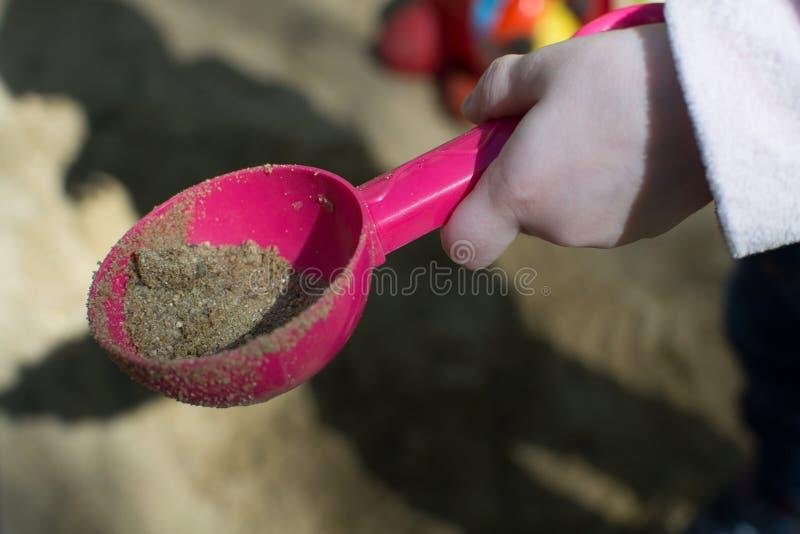 Spiele außerhalb des Hauses im Sandkasten stockfotos