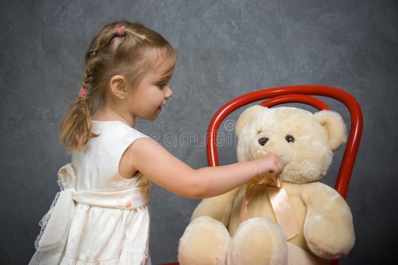 Spiele des kleinen Mädchens mit Teddybären lizenzfreies stockbild
