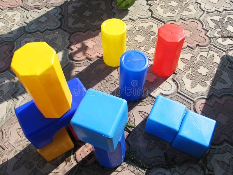 Spiele mit buntem im Freien der p?dagogischen Spielwaren der Kinder lizenzfreie stockbilder