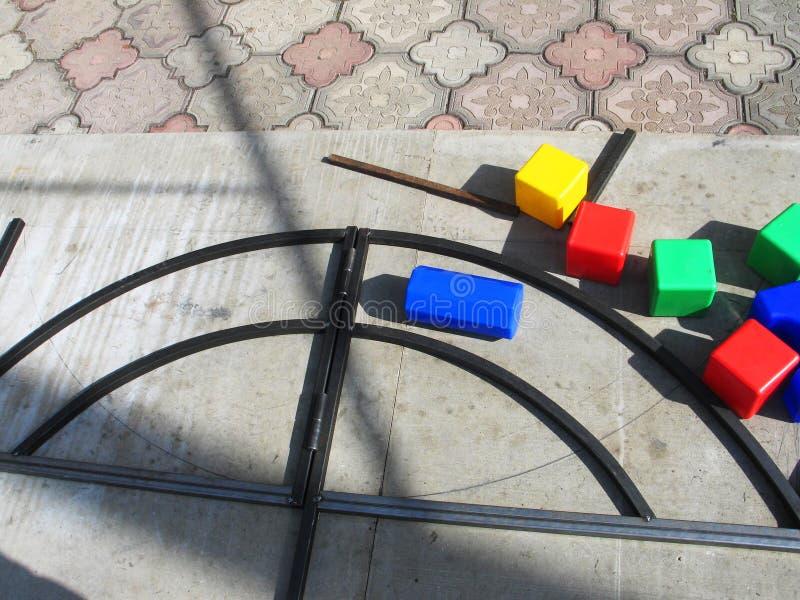 Spiele mit children& x27; buntes im Freien p?dagogischer Spielwaren s stockfotos