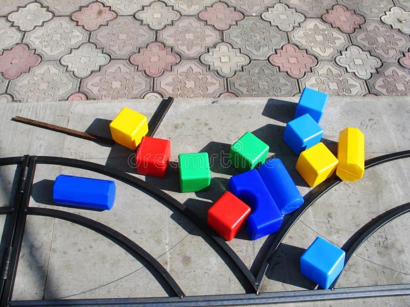Spiele mit children& x27; buntes im Freien p?dagogischer Spielwaren s stockfoto