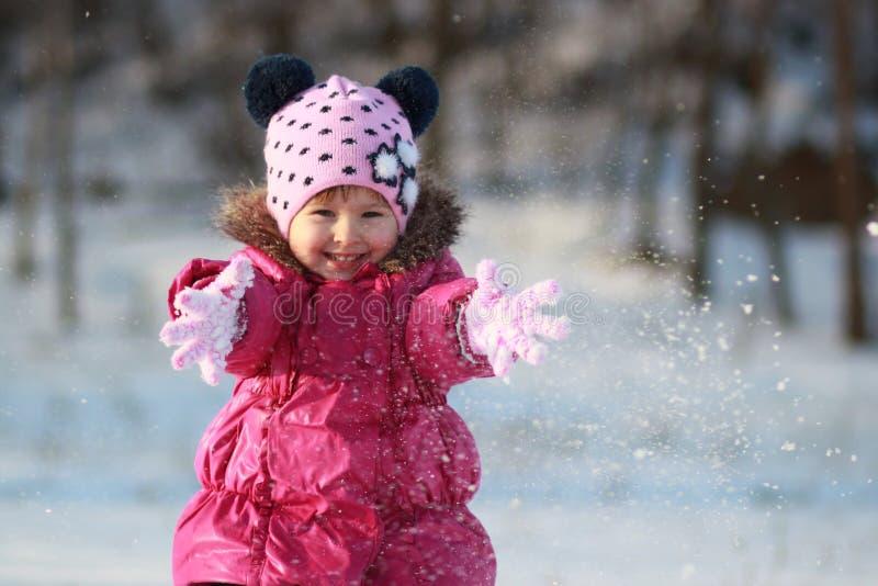 Spiele mit Schnee stockfotografie