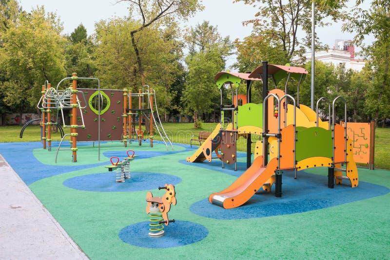 Spiele und Kinderdes spielplatzes zum Spaß ` s Bildung stockbild
