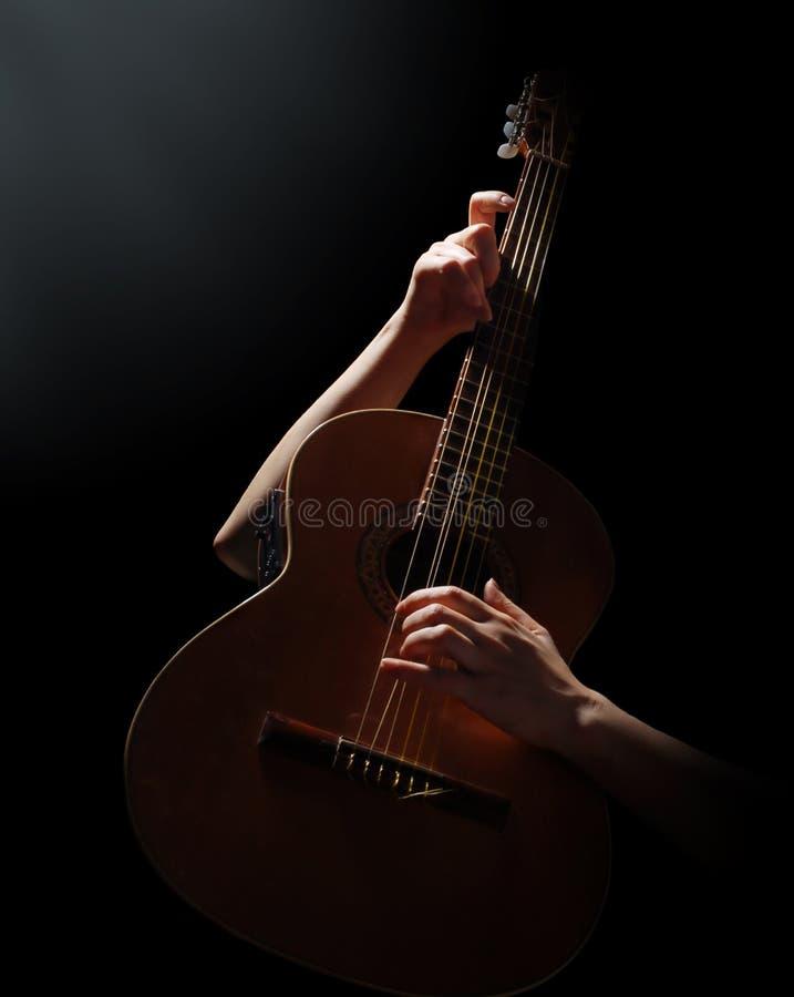 Spielen auf Akustikgitarre stockbilder