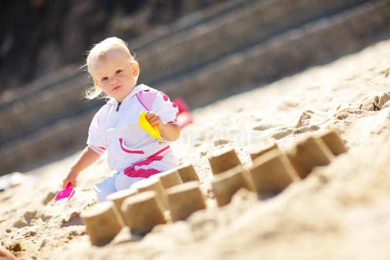 Spielen auf dem Sandkind stockfotografie