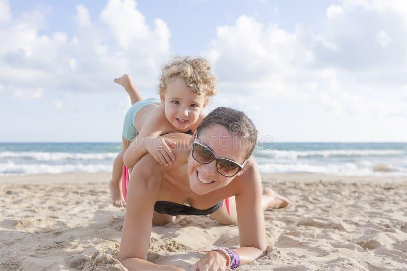 Spielen auf dem Strand lizenzfreies stockbild