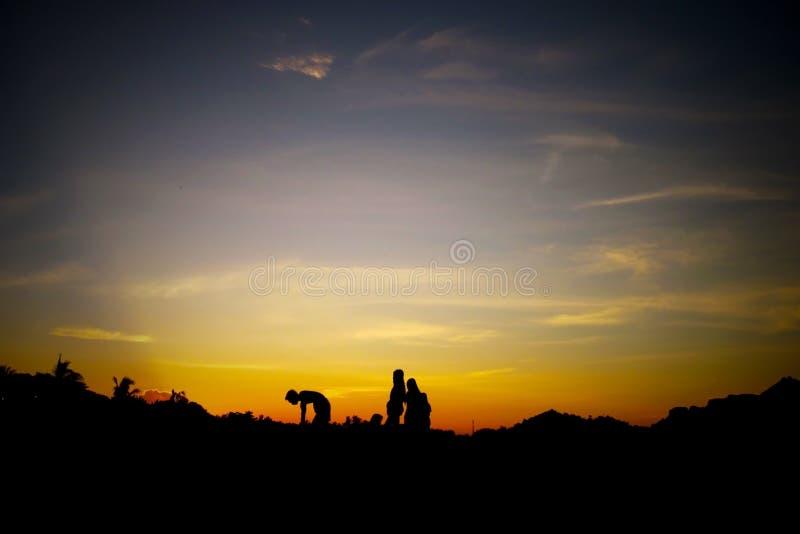Spielen auf einem Sonnenaufgang stockbilder