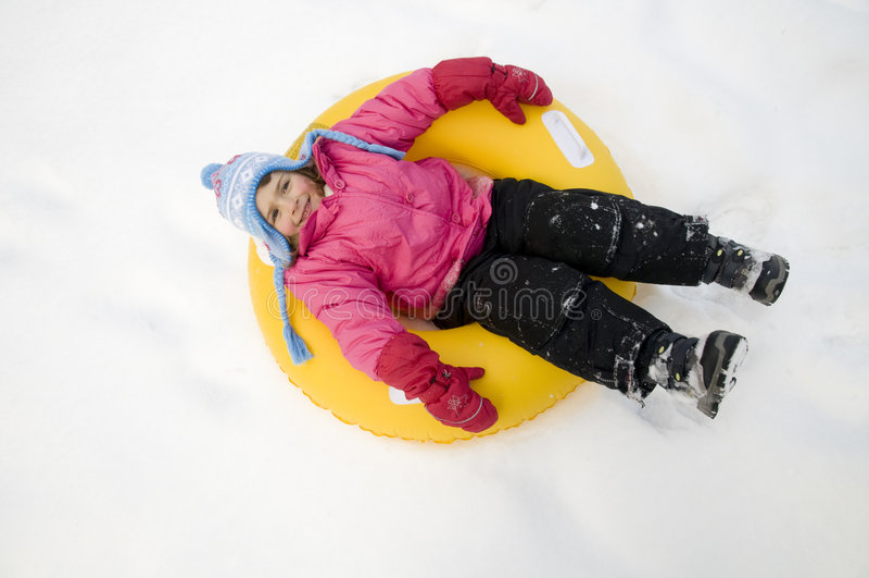 Spielen auf Schnee stockbild