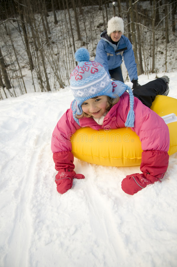 Spielen auf Schnee lizenzfreies stockbild