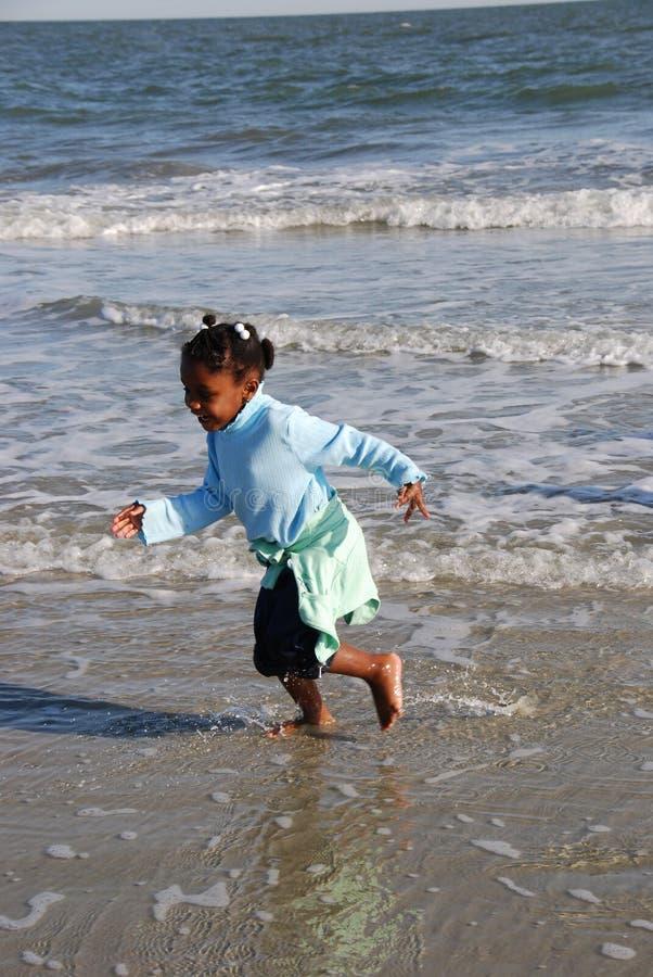 Spielen auf Strand stockfotos