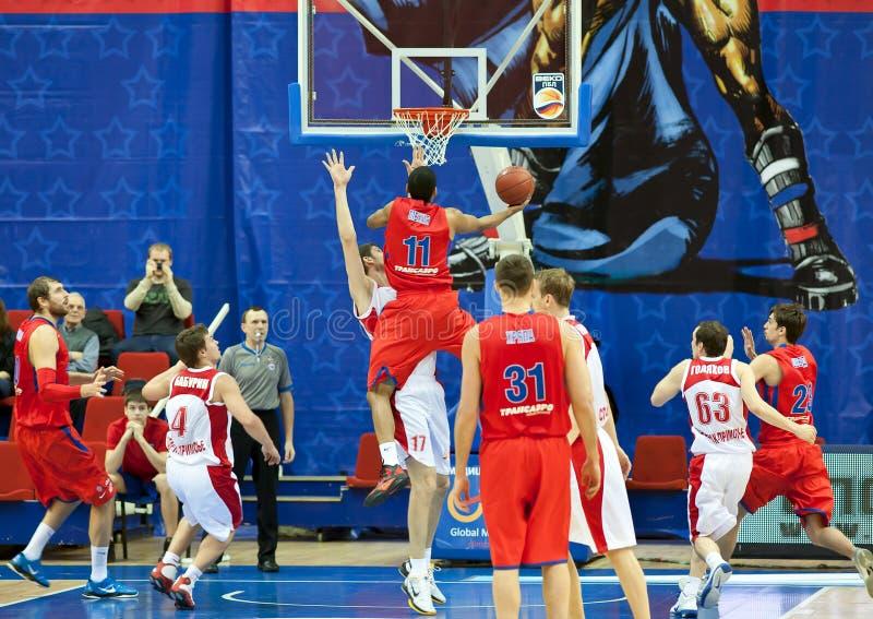Spielen der Basketball-Teams stockbilder