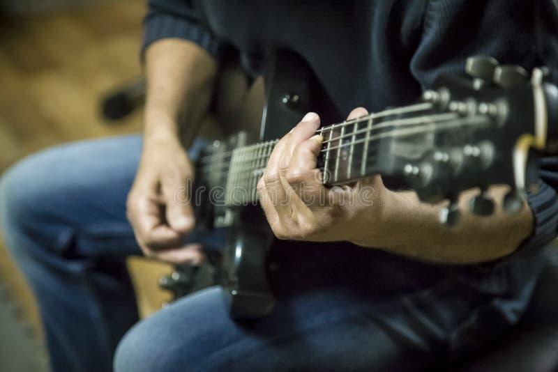Spielen der elektrischen Gitarre stockfotos