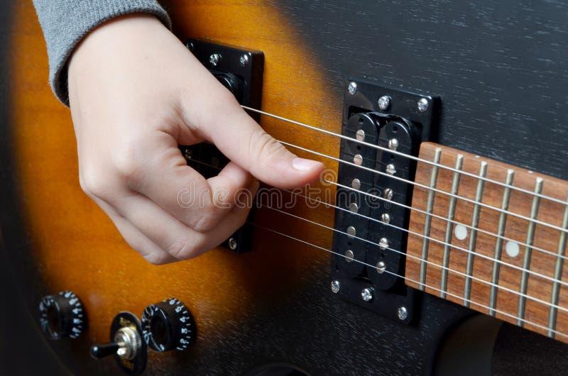 Spielen der elektrischen Gitarre Nahaufnahmeansicht des Spielens der E-Gitarre stockbilder