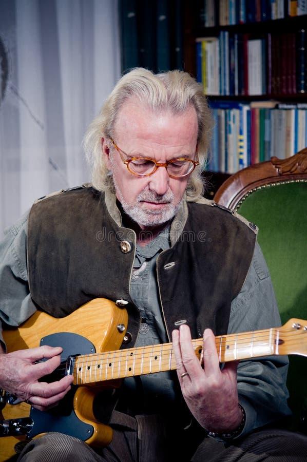 Download Spielen der Gitarre stockbild. Bild von hand, musiker - 16573741