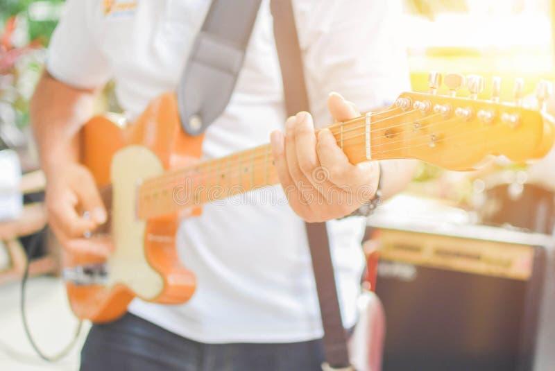 Spielen der Gitarre für Männer stockfotos