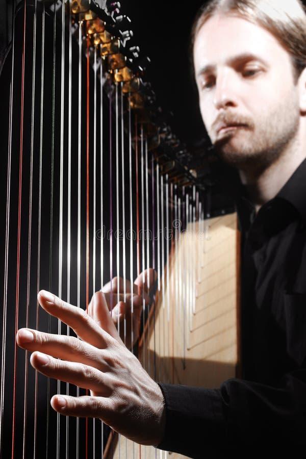 Spielen der Harfe lizenzfreie stockfotos