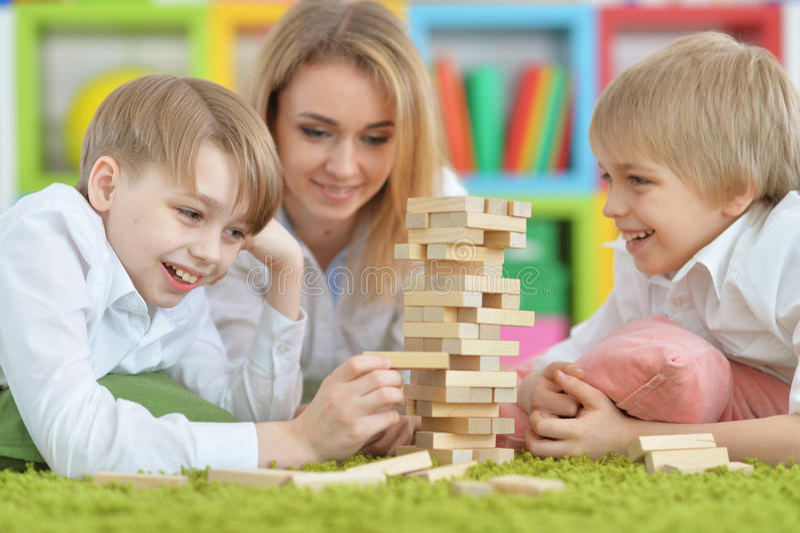 Spielen der jungen Mutter und zwei Söhne stockbilder