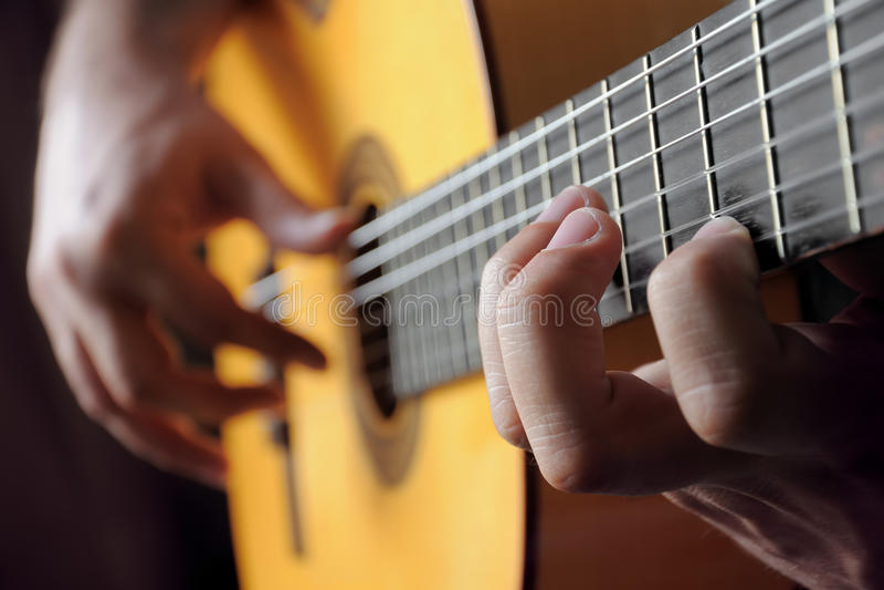 Spielen der klassischen Gitarre lizenzfreie stockfotos