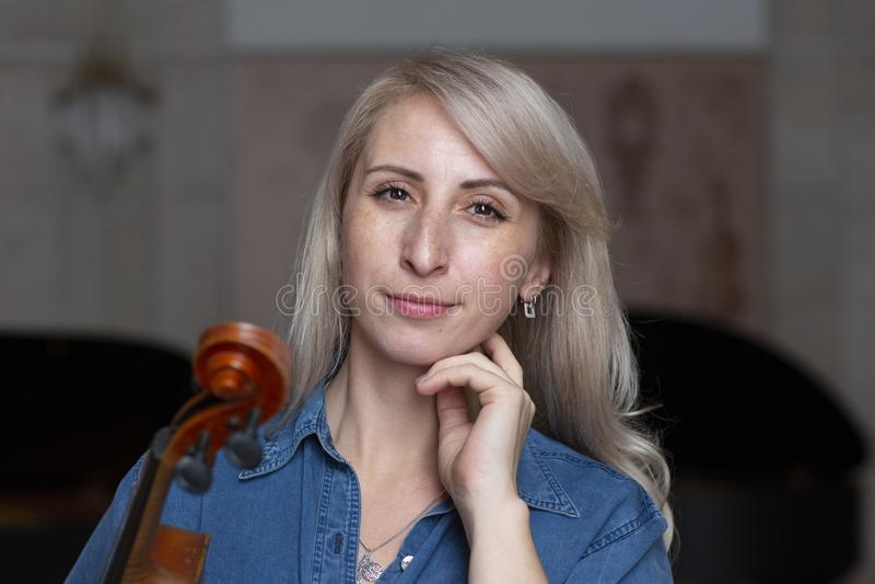 Spielen der klassischen Musik des Violinenspielerviolinisten Musikinstrumente des Orchesters stockbilder