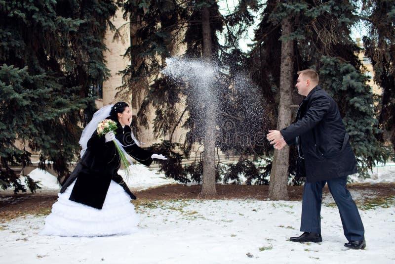 Spielen der Schneebälle stockbilder