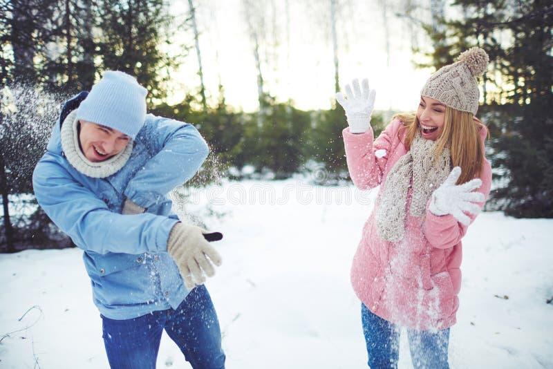 Spielen der Schneebälle lizenzfreies stockfoto