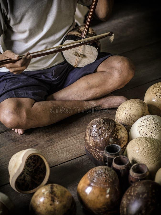 Spielen der thailändischen Geige lizenzfreie stockfotografie
