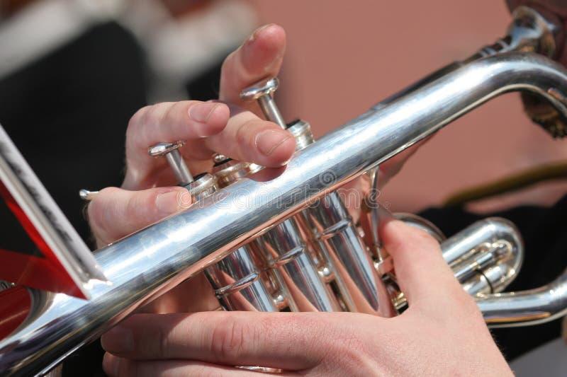 Spielen der Trompete lizenzfreie stockfotos