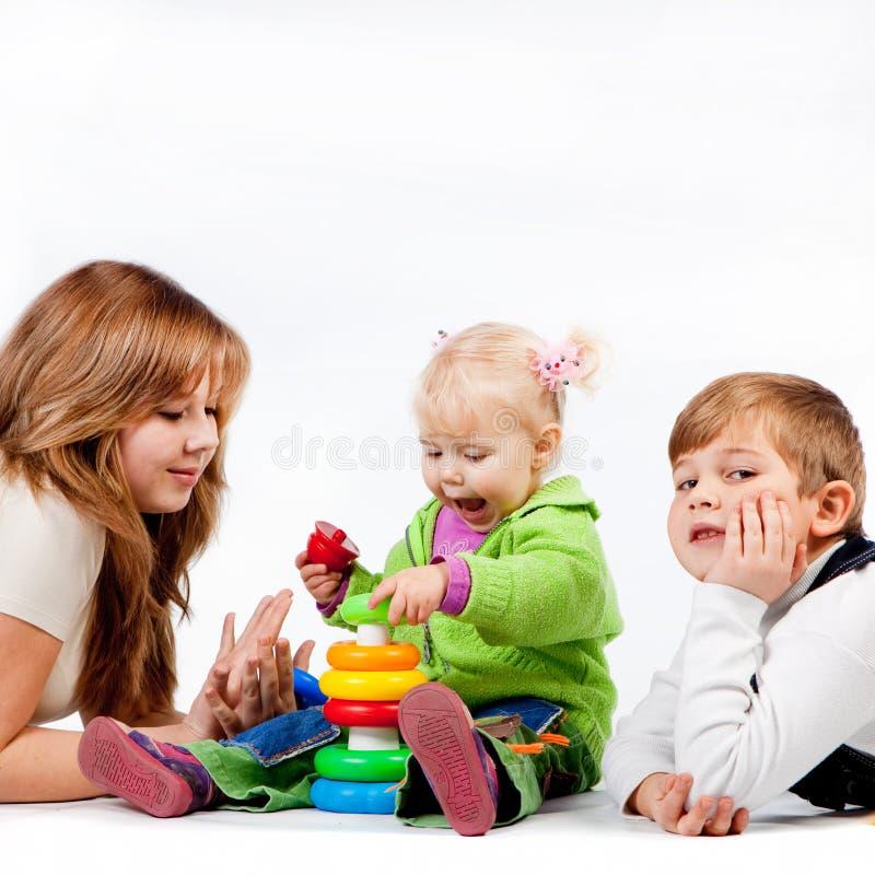 Spielen des Bruders und der Schwestern stockfotos