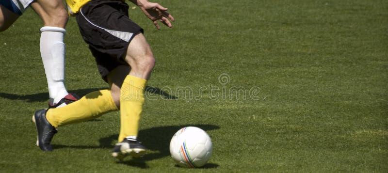 Spielen des Fußballs stockbilder