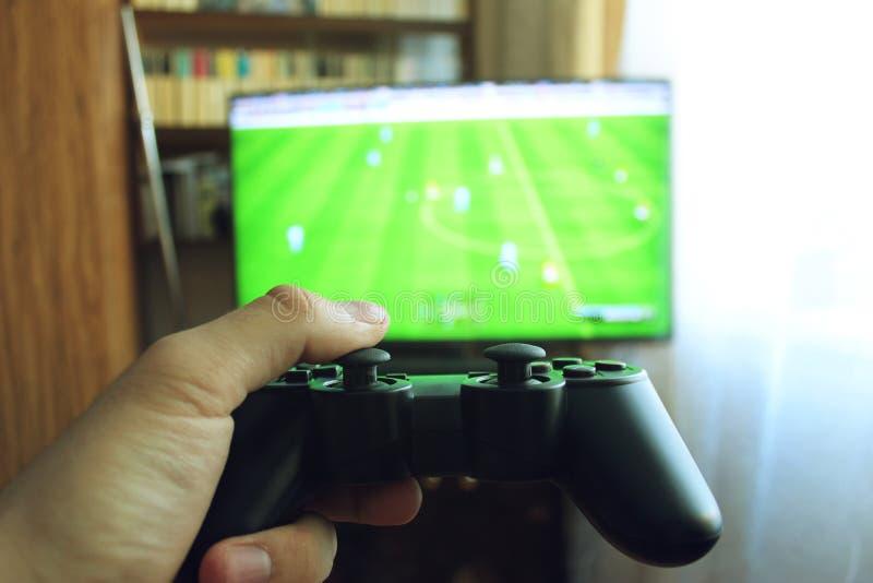 Spielen des Fußballs mit dem Steuerknüppel lizenzfreie stockbilder