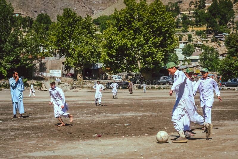 Spielen des Fußballs in Pakistan lizenzfreie stockfotos