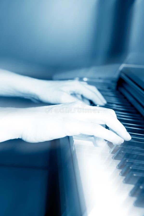 Spielen des Klaviers stockbild