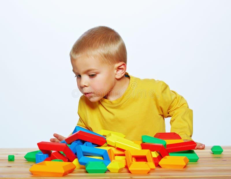 Spielen des kleinen Jungen lizenzfreie stockfotos