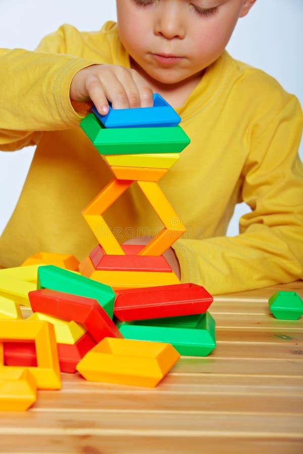 Spielen des kleinen Jungen stockbild