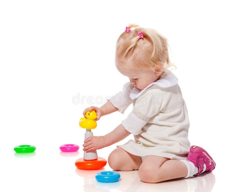 Spielen des kleinen Mädchens lizenzfreie stockfotos