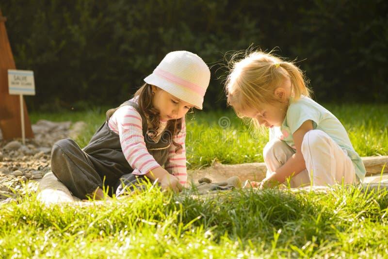Spielen des kleinen Mädchens im Freien lizenzfreies stockbild